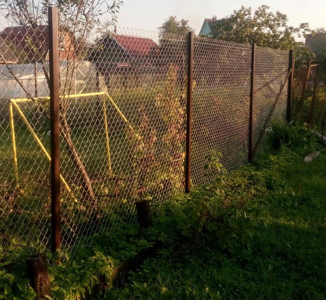 Забор из пластиковой сетки для дачи, установка ограждения 47